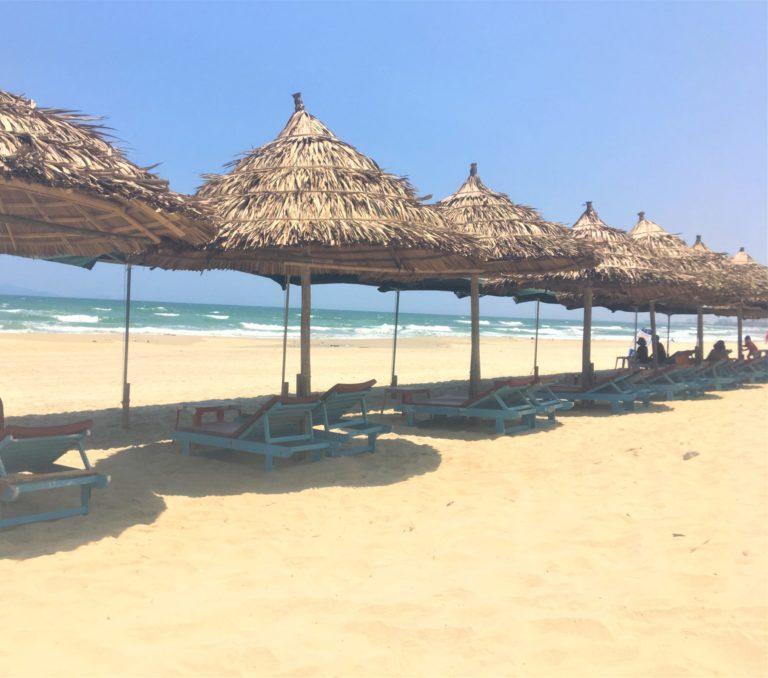 私が実際にダナンで見た、藁でできたビーチパラソル越しの綺麗な海を撮影した写真