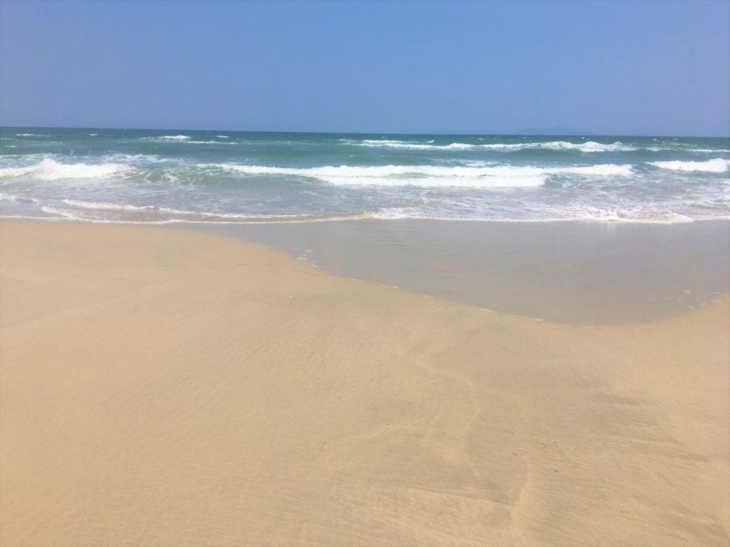綺麗な砂浜と青い海が続くミーケービーチを眺めた様子を撮影した写真