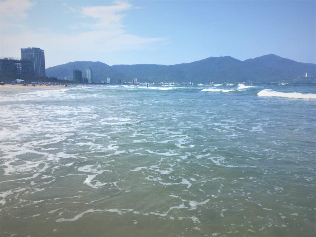 ミーケービーチで膝まで海に浸かり、トークアン方面を眺めた様子を撮影した写真