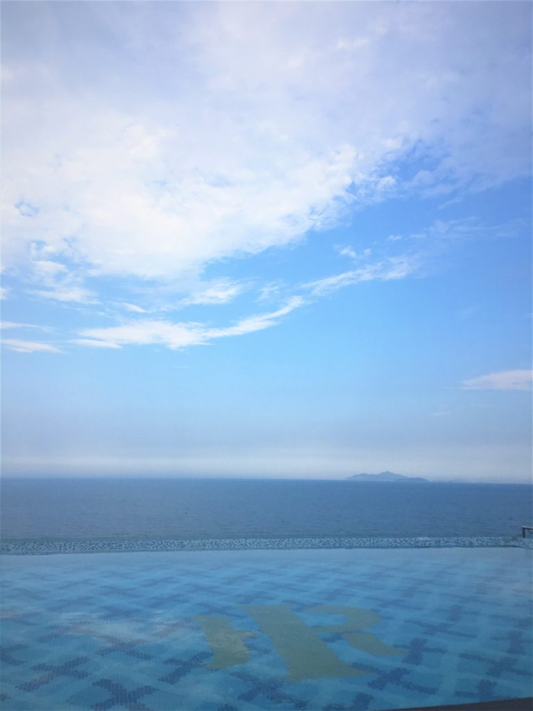 マンディラビーチホテル ダナンのインフィニティ・プールにお昼間訪れたときの様子を撮影した写真