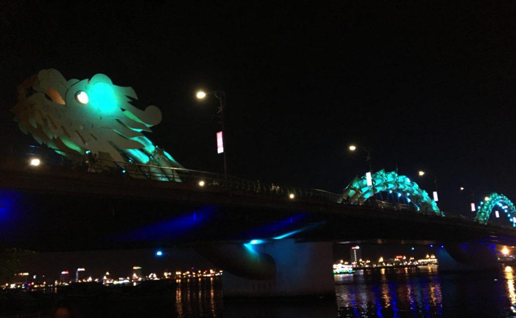 私が撮影したハート型の目を持つ、ライトアップされたドラゴンブリッジの写真