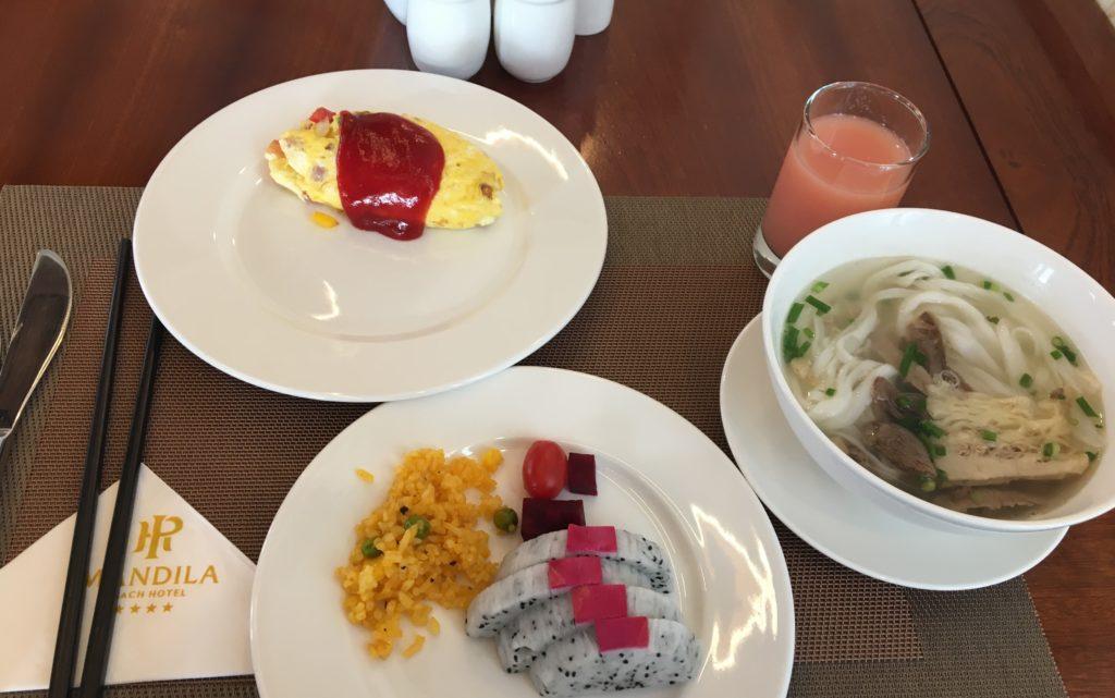 マンディラビーチホテル ダナンの朝食レストランで頂いたドラゴンフルーツやオムレツ、フォーなどを撮影した写真