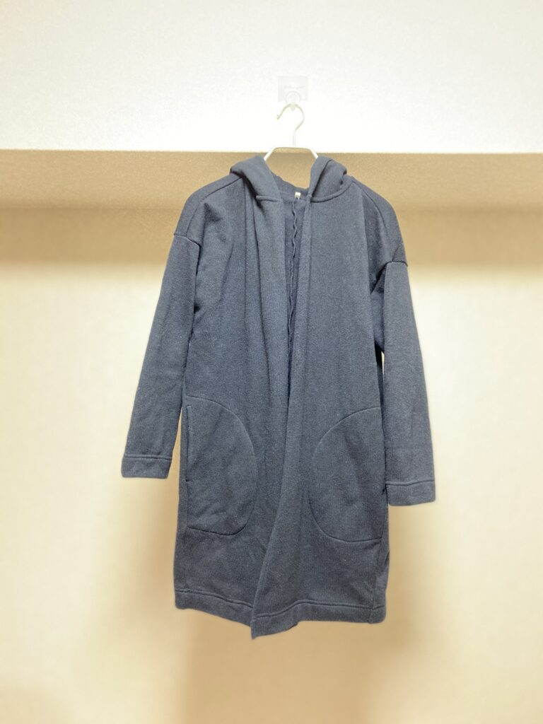 ストックホルムに持って行った防寒アイテム(無印良品のニットフリースフード付ロングコート)を撮影した写真