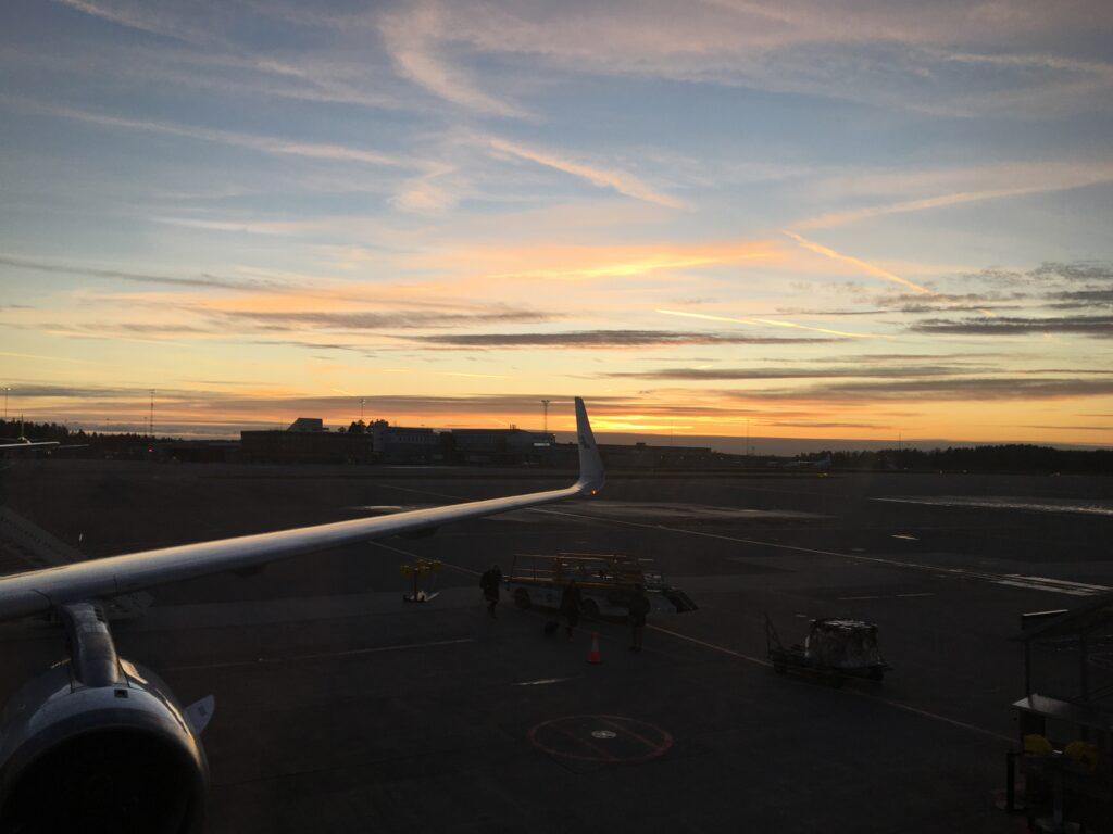 私がストックホルム・アーランダ国際空港に到着した時の夕暮れの様子を撮影した写真