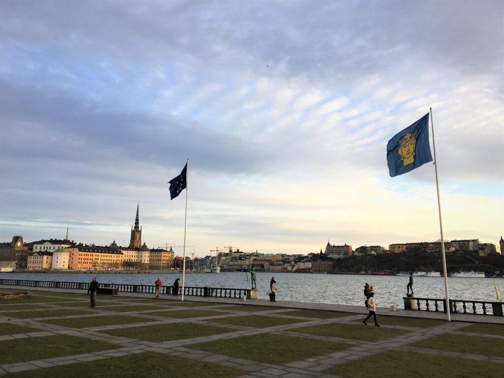 ストックホルム市庁舎の旗が風でたなびく様子を撮影した写真