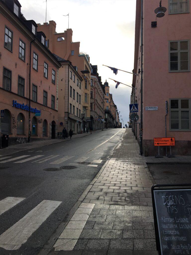 朝方の、少し坂道になっているGötgatan通りを私が撮影した写真