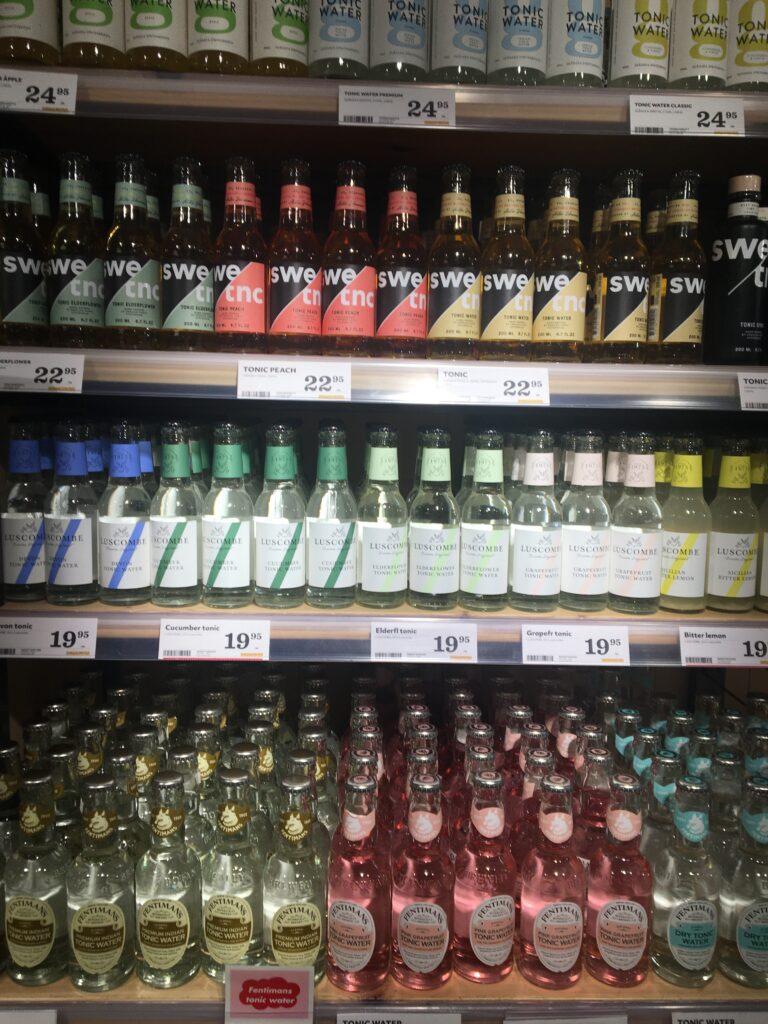 観光中に立ち寄ったÅhléns Cityの地下のスーパーで売っているのを見かけた大量のトニックウォーターを撮影した写真