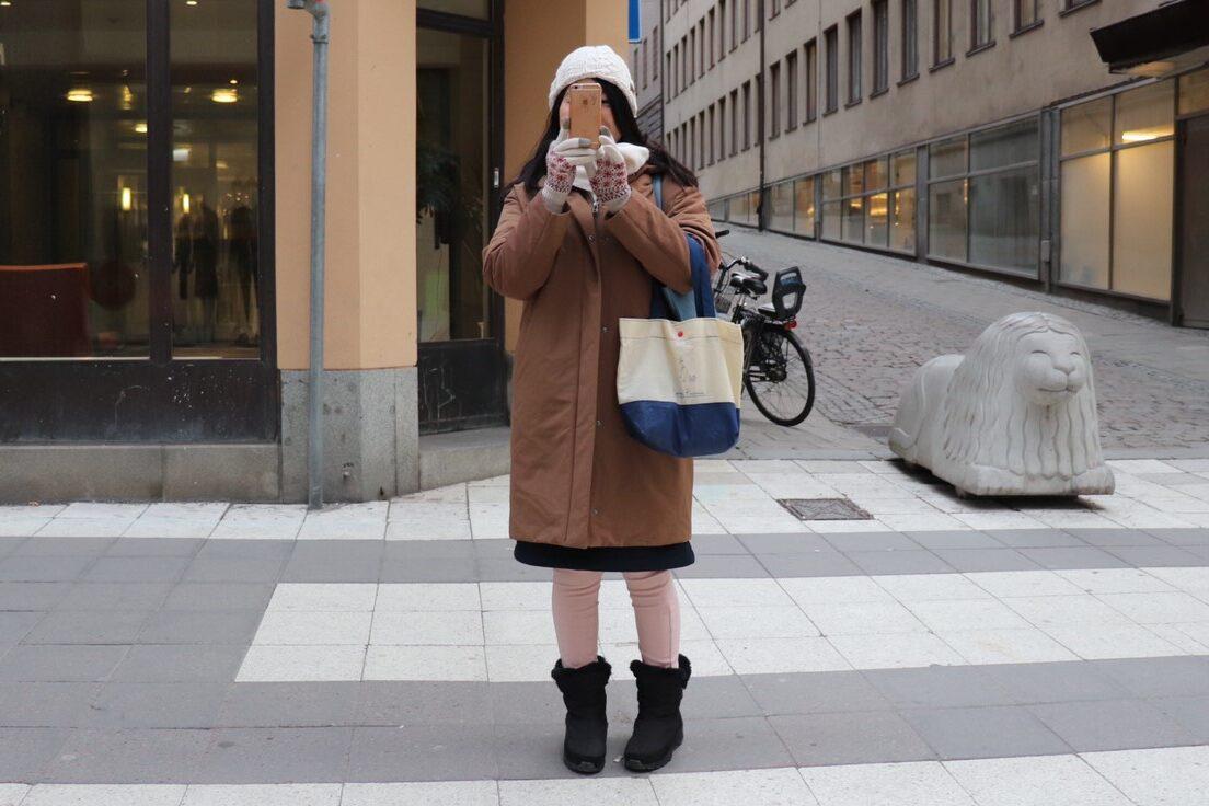 私が実際にストックホルムで、ユニクロのハイブリッドダウンコクーンコートを着ている様子を撮影した写真