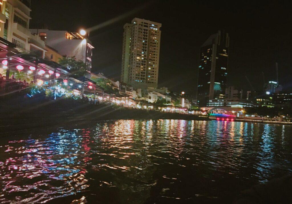 私がリバークルーズ船から見たカラフルな夜景を撮影した写真