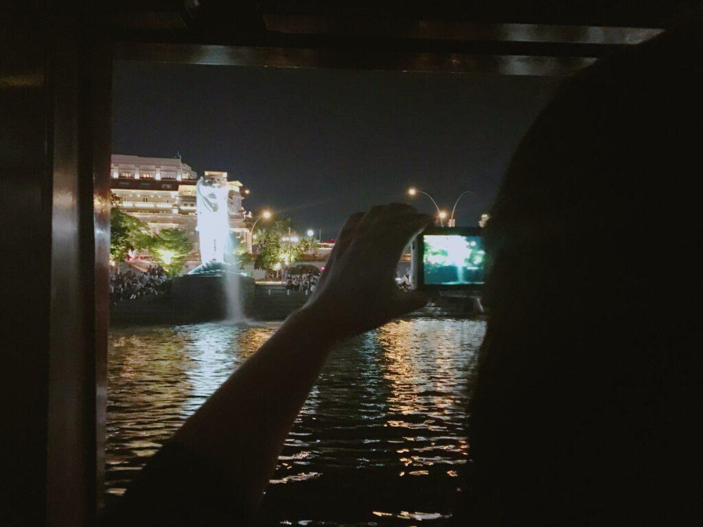 リバークルーズ船から、真正面でマーライオンを見た様子を撮影した写真