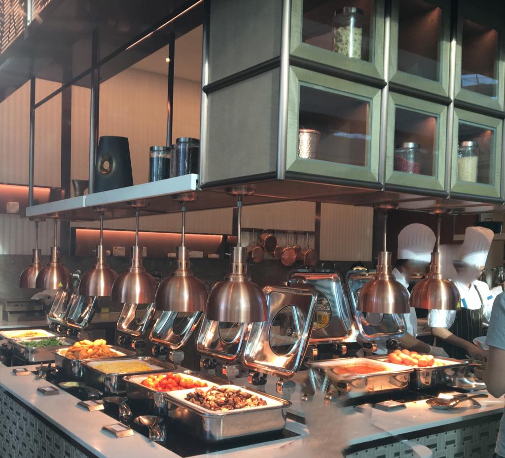 """朝食レストラン""""RISE""""のビュッフェ台にホット料理が並んでいる様子を私が撮影した写真"""