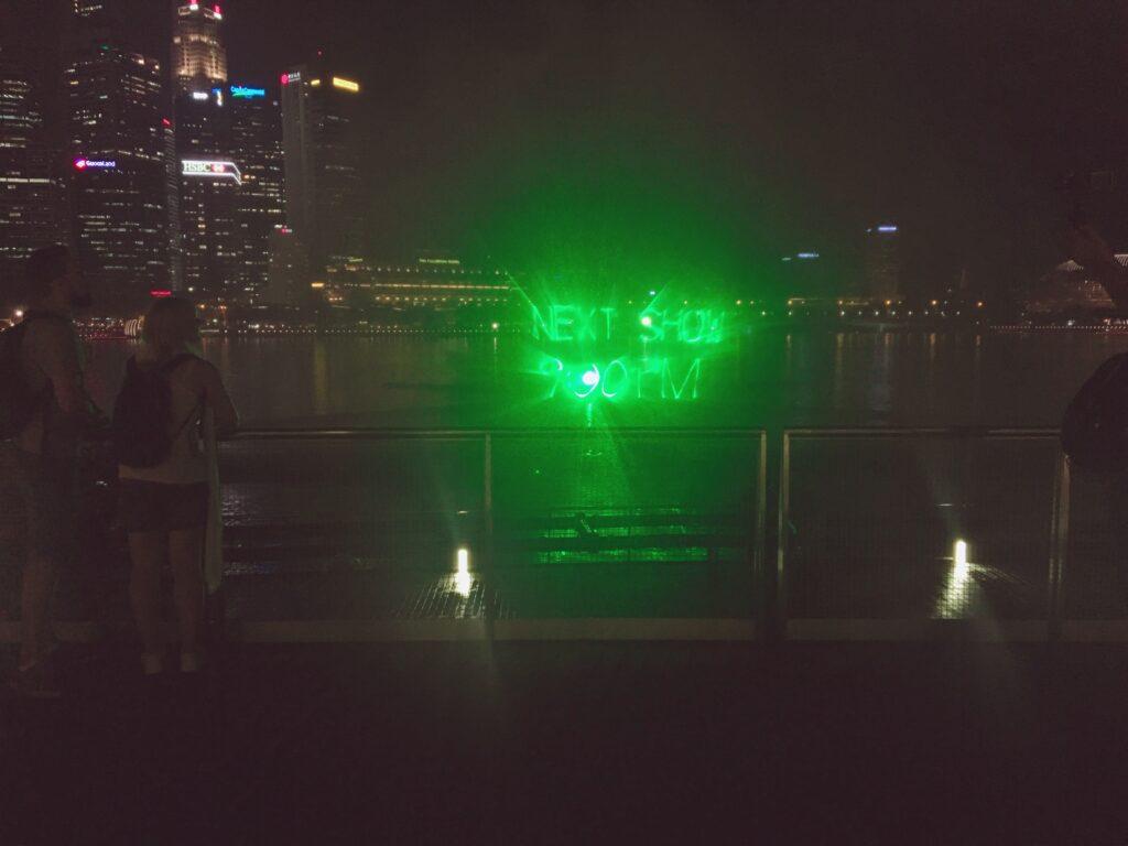 """20:00からの1回目のスペクトラが終了した後、""""NEST SHOW 9:00PM""""と2回目のショーのお知らせが点灯している様子を私が撮影した写真"""