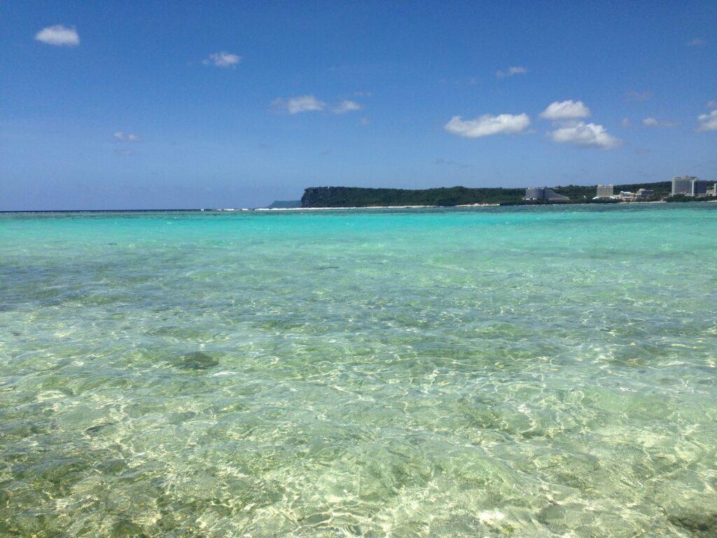 私が以前、乾季の4月に訪れたグアムの海を撮影した写真