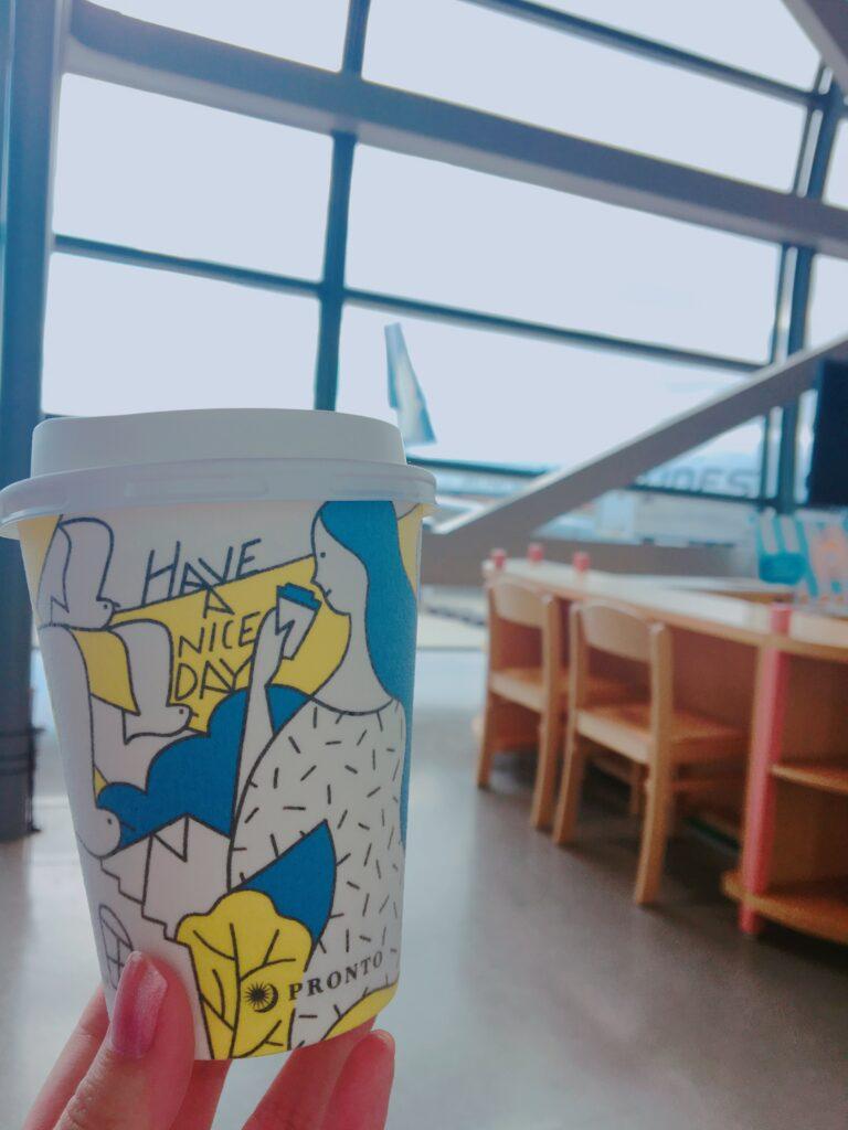 関西国際空港のゲート前でコーヒーを飲みながら搭乗を待っている様子(以前の旅行時のもの)を撮影した写真